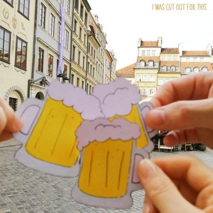 Ilustraciones de Ana Stretcu durante sus vacaciones, junto a sus amigos disfrutando una cerveza
