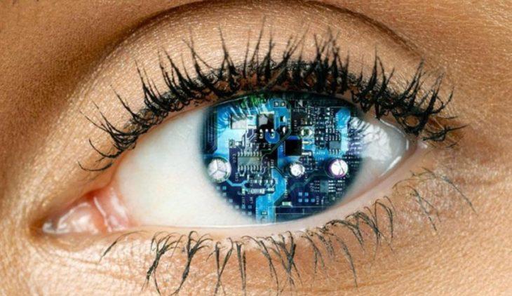 ojo con aditamentos en la parte del iris