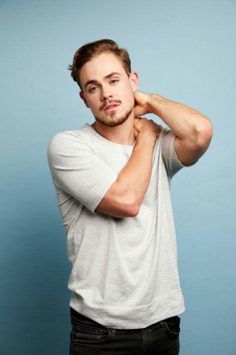 Fotos de Dacre Montgomery; chico guapo con bigote y camisa blanca