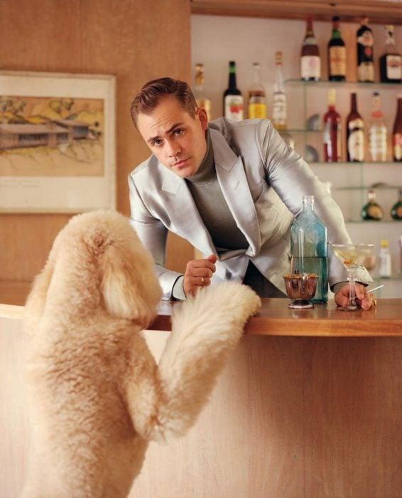 Dacre Montgomery en la barra de un bar con un perro