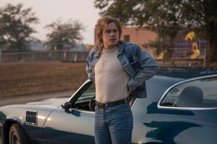 Dacre Montgomery como Billy junto a su auto en Stranger Things