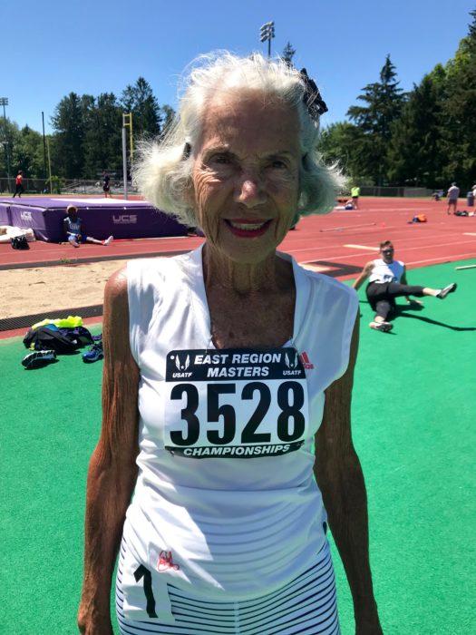 Diane Hoffman toma medio cuerpo con su número de corredor en el pecho