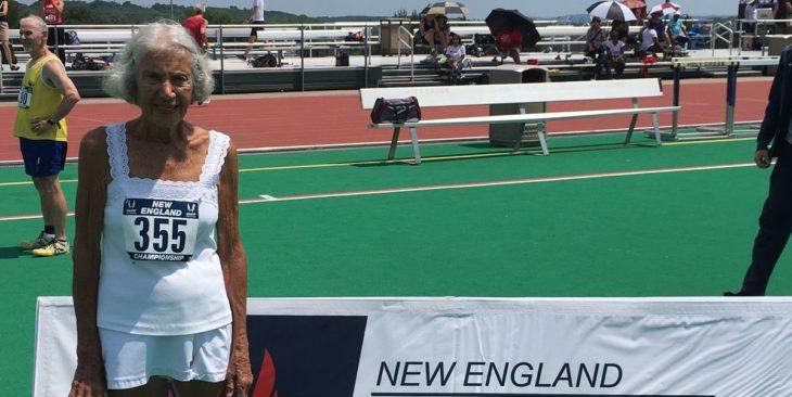 Diane Hoffman en la pista de los juegos de Nueva Inglaterra en donde estableció un récord mundial