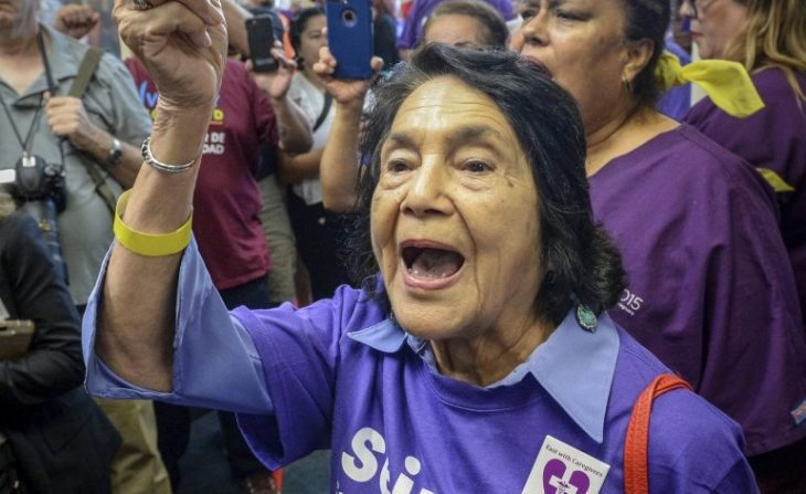 Dolores Huerta en la protesta en la que fue arrestada por vigésima tercera ocasión