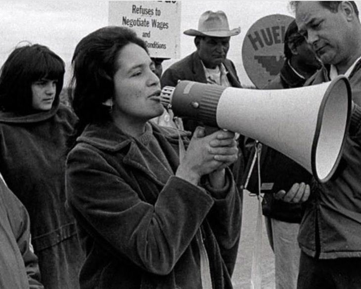 Dolores Huerta en una foto antigua en la que encabeza una protesta