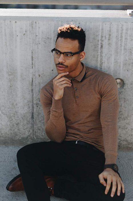 Mark St. Cyr. posando en una sesión de modelaje para High School Musical la serie