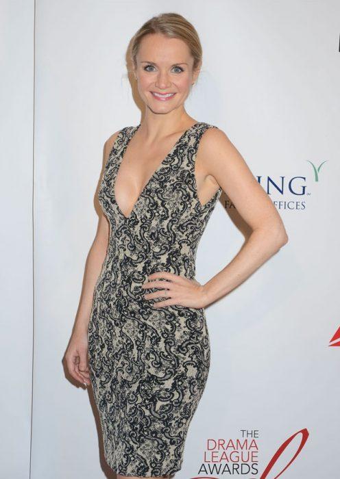 Kate Reinders llevando un vestido ceñido con escote largo, High School Musical la serie