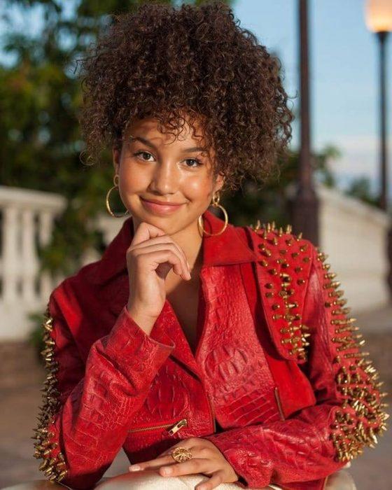 Sofía Wylie posando una chaqueta de piel en rojo, High School Musical la serie