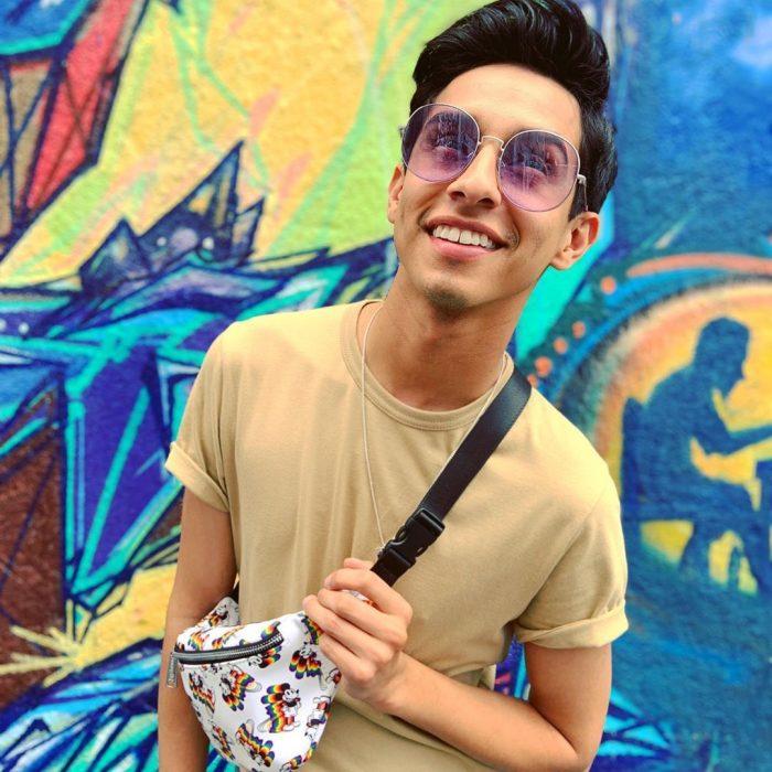 Frankie Rodriguez posando frente a una pared de colores, High School Musical la serie