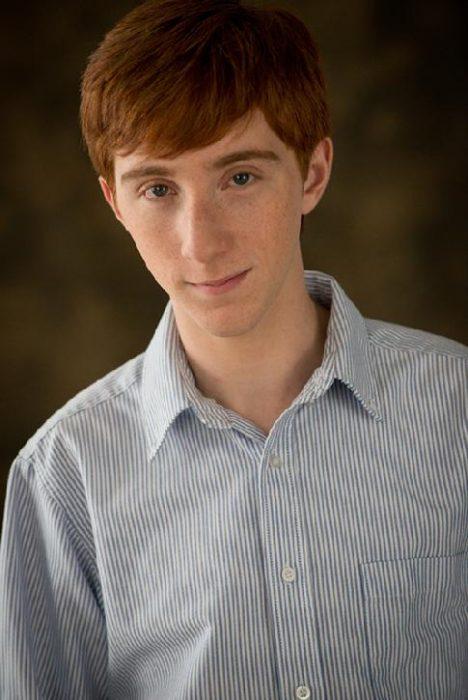 Larry Sepastein posando para una fotografía en High School Musical la serie