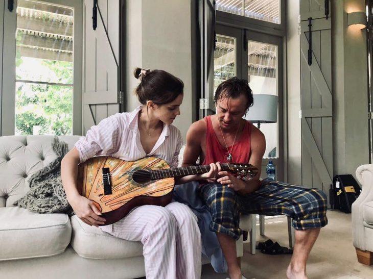 Tom Felton enseñándole a tocar guitarra a Emma Watson