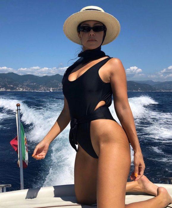 foto de Kourtney Kardashian en donde muestra sus estrías al natural