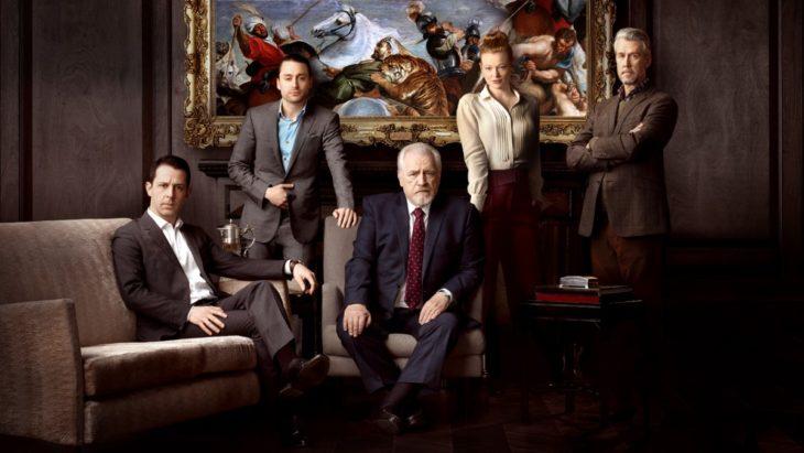 Grupo de ejecutivos reunidos en una sala de juntas, escena de la serie Succession