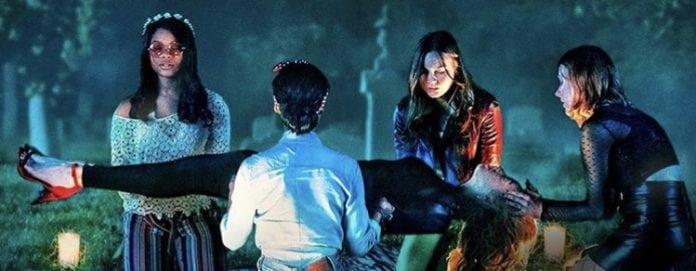 Grupo de chicas reunidas en un parque, escena de la serie Ligera como una pluma, HBO