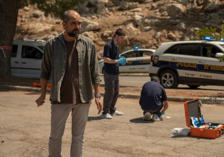 Policías revisando la zona de un dleito, escena de la serie Our Boys, HBO