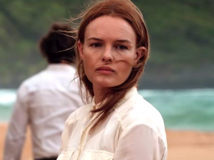 Mujer parada a la orilla del mar en una isla, escena de la película The I-Land