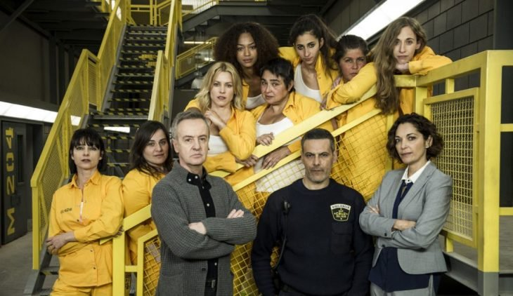Grupo de mujeres con uniforme de prisioneras color amarillo, escena de la serie Vis a Vis