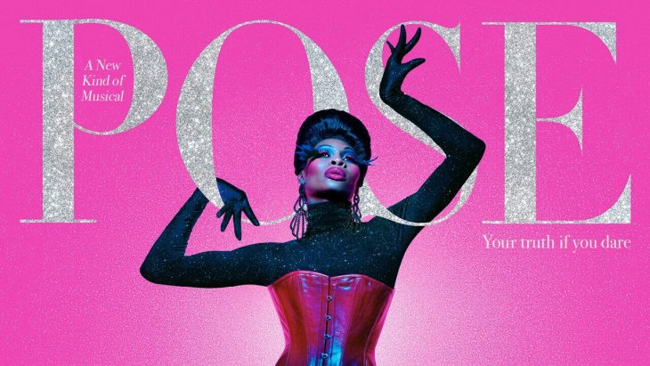 Hombre drag posando un vestido con corset, escena promocional de la serie Pose