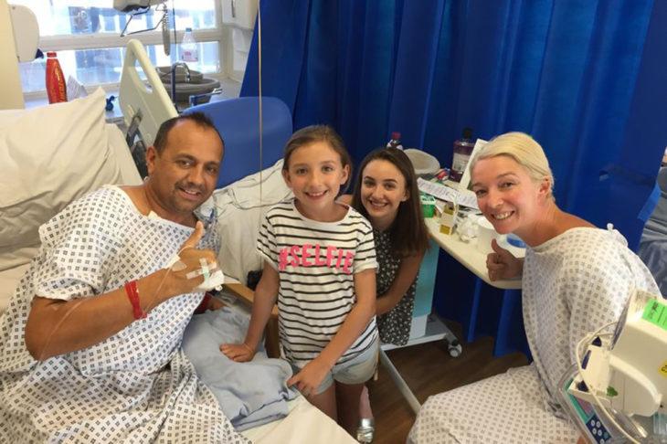 Kelly Hope y Dan Pyatt; mujer dona riñón a su exmarido aunque se divorciaron hace cinco años; familia en el hospital sonriendo