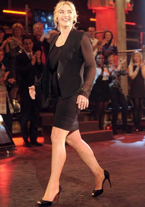 Kate Winslet caminando por una alfombra roja