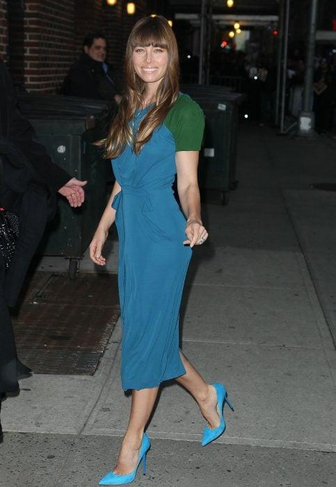Jessica Biel caminando por una avenida modelando un par de zapatos azules