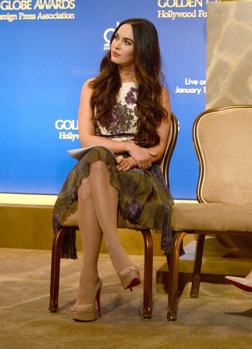 Megan Fox sentada en una silla durante una entrevista