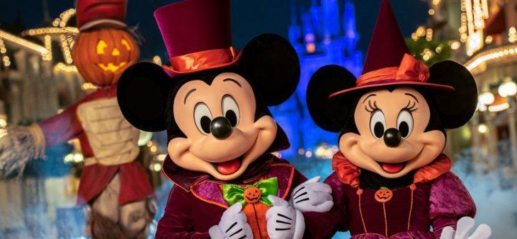 Mickey y Minnie Mouse tomados de la mano en el desfile de Halloween de Disney