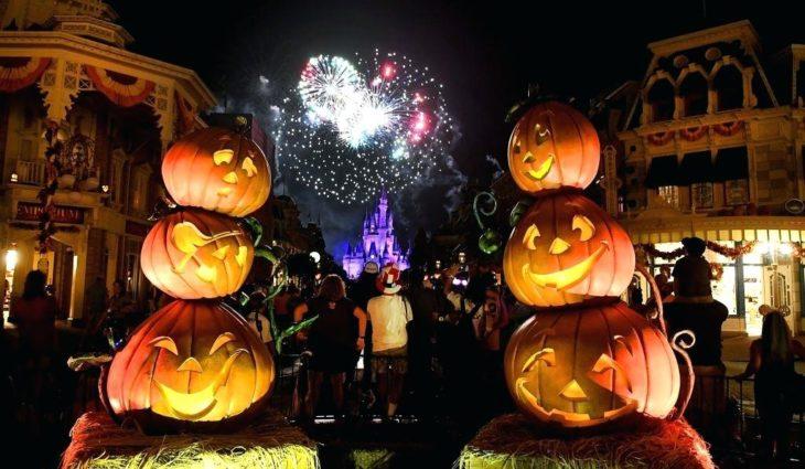 Disney en su fiesta de halloween con calabazas y fuegos artificiales