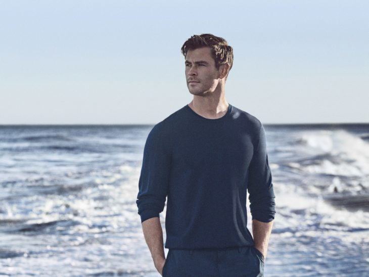 Chris Hemsworth a la orilla de la playa