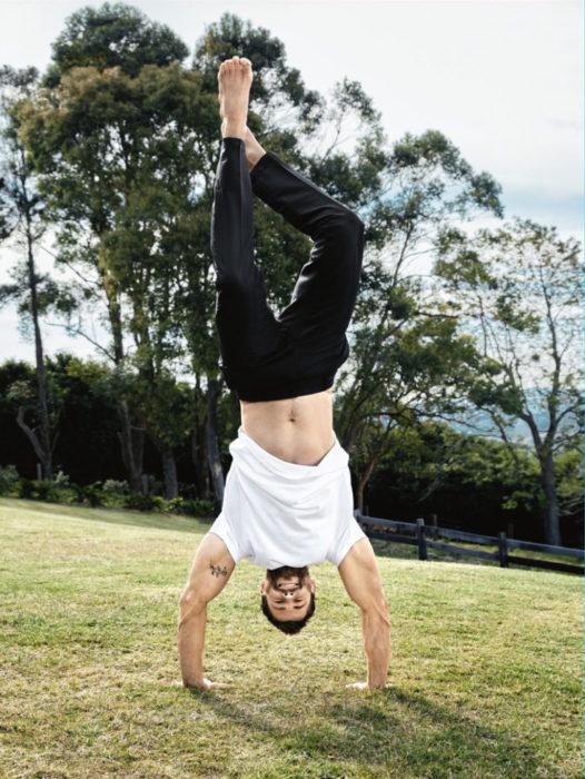 Chris Hemsworth de cabeza haciendo yoga