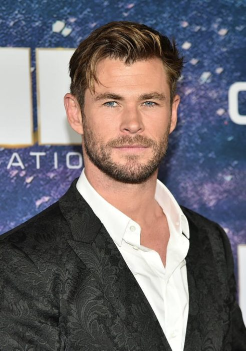 Chris Hemsworth durante una alfombra azul