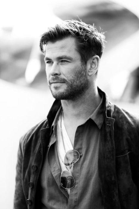 Chris Hemsworth de perfil sonriendo ligeramente