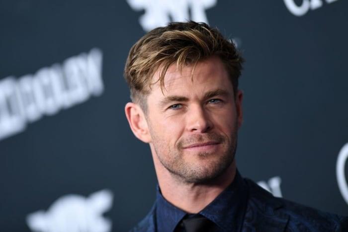 Chris Hemsworth posando de perfil para una foto