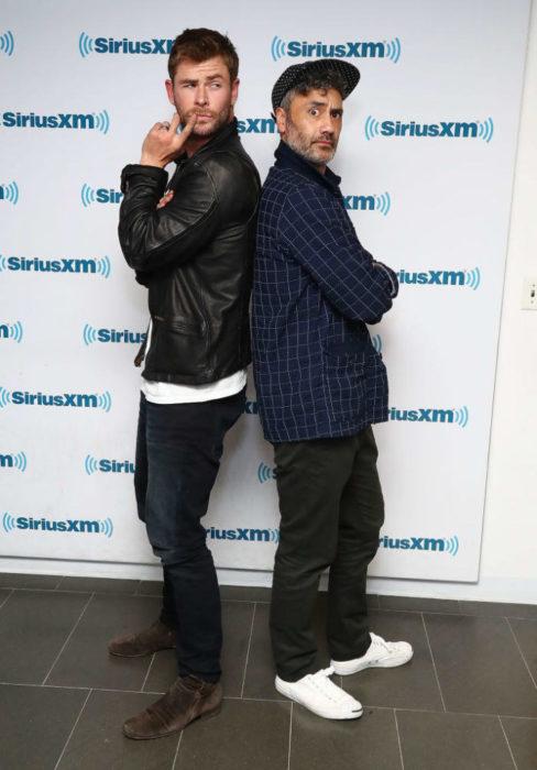 Chris Hemsworth de espaldas haciendo caras graciosas