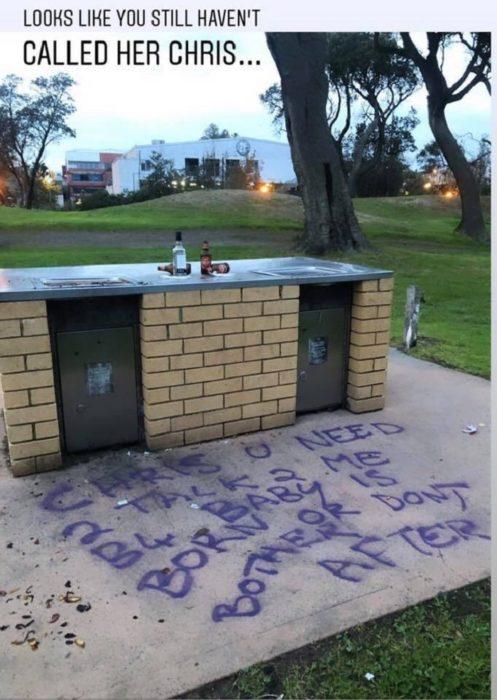 Mujer grafitea la ciudad en busca del padre de su hijo