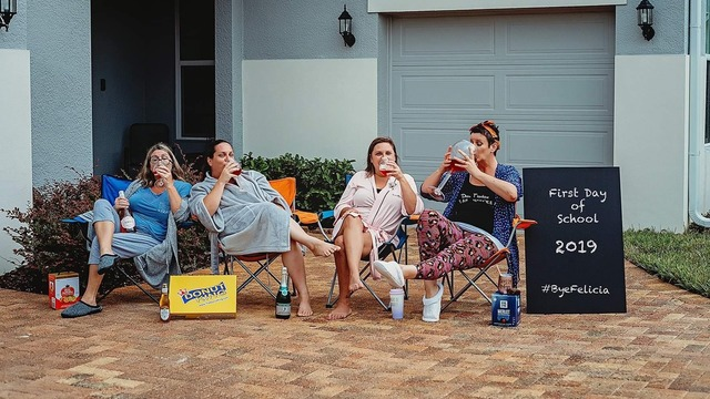 Grupo de madres celebrando el regreso a clases de sus hijos bebiendo vino, fotografía tomada por Shawna