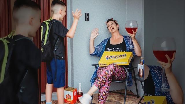Mamá despidiéndose de su hijo que va a clases, fotografía tomada por Shawna