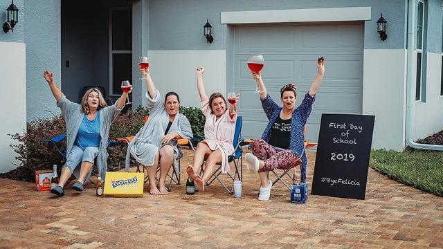 Grupo de madres celebrando el regreso a clases de sus hijos con divertida sesión de fotos, fotografía tomada por Shawna
