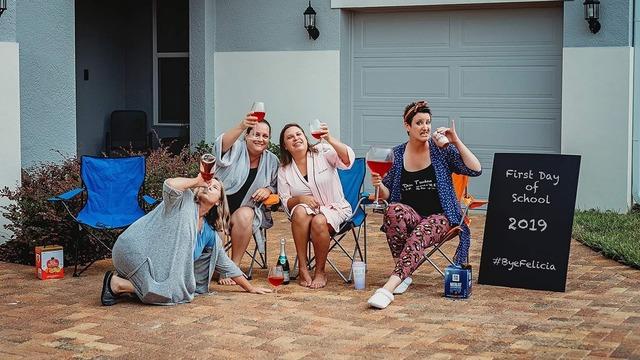 Grupo de mujeres bebiendo vino, sentadas en sillas playeras, fotografía tomada por Shawna