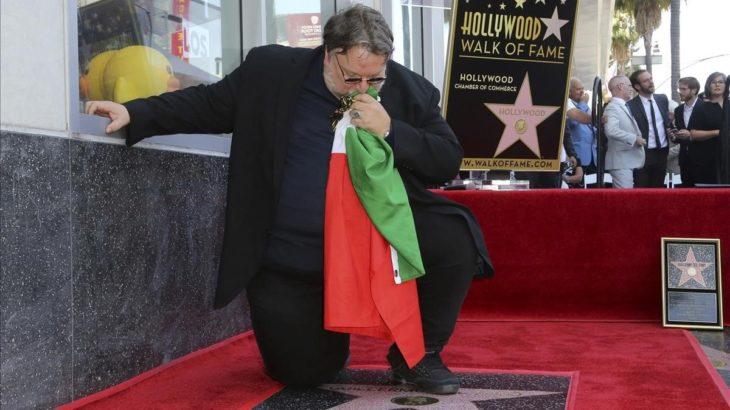 Guillermo del Toro besa la bandera al develar su placa en el Paseo de la Fama