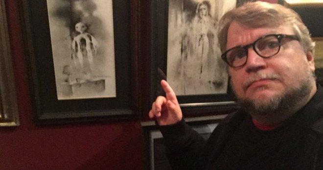Guillermo del Toro junto a las ilustraciones de Alvin en Historias de miedo para contar en la oscuridad