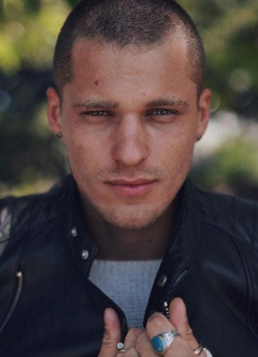 Hombre ruso guapo con cabello rapado y mirada profunda