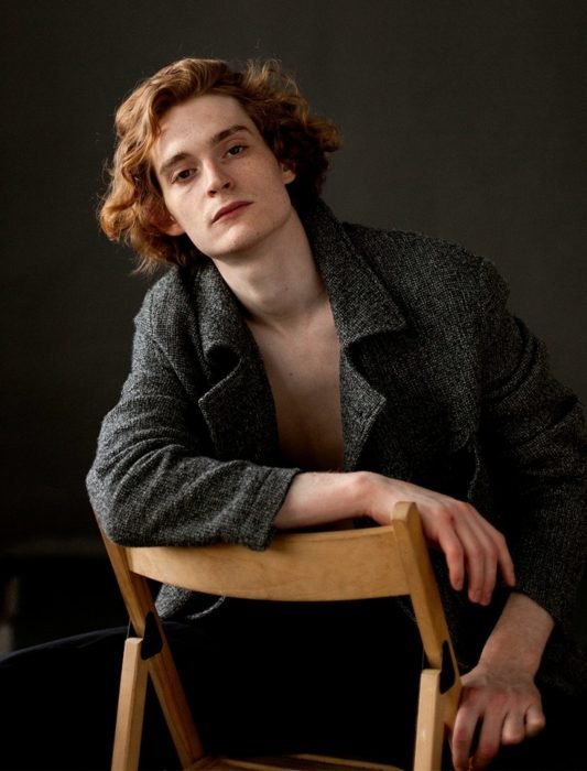 Hombre ruso guapo pelirrojo que se parece a Edward Cullen