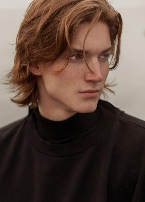 Hombre ruso guapo, pelirrojo, con ojos claros y nariz bonita