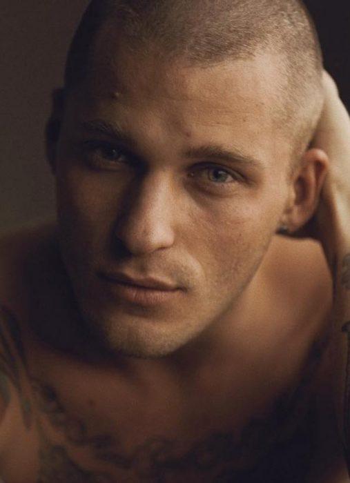 Hombre ruso guapo, pelón y con ojos azules