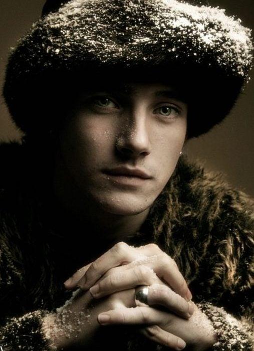 Hombre ruso guapo con gorra, abrigo y ojos claros