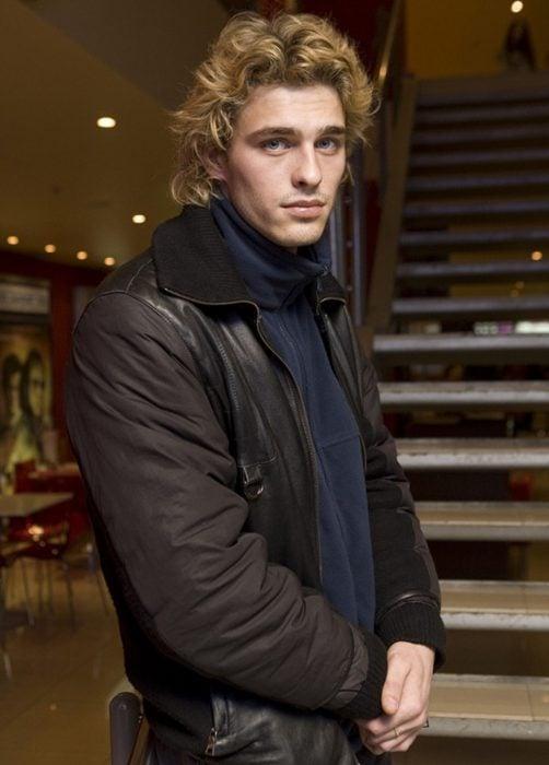 Hombre ruso guapo de cabello ondulado y rubio, ojos azules