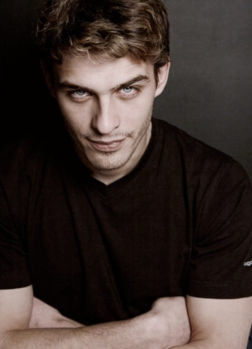 Hombre ruso guapo de ojos grises
