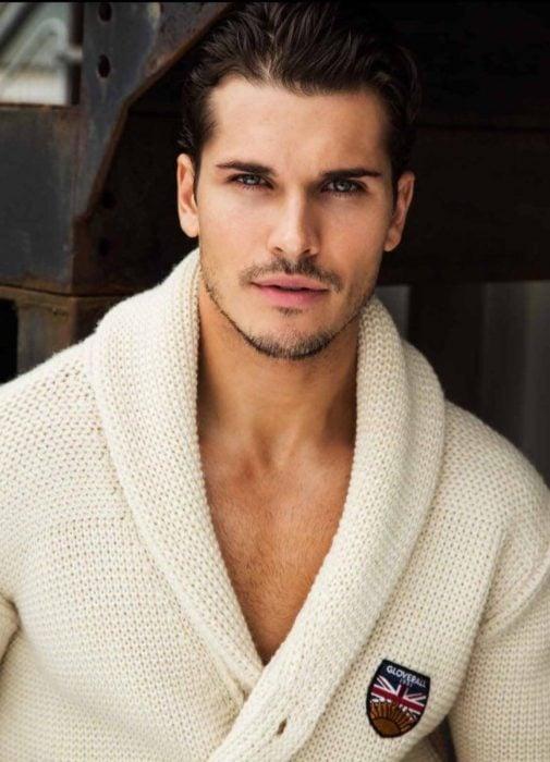 Hombre ruso guapo de ojos verdes y barba de días