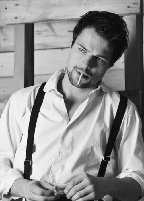 Hombre ruso guapo con barba de candado y camisa blanca de vestir